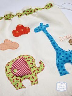 Mochila para la guardería con dibujo basado en el zoo. Aplicaciones en tela de nubes, elefante y jirafa.