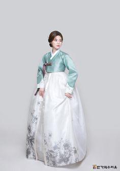 Korean Traditional Dress, Traditional Fashion, Traditional Dresses, Hanbok Wedding, Vintage Dresses, Vintage Outfits, Modern Hanbok, Culture Clothing, Korean Dress