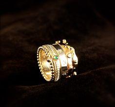 Gouden Damesring wit-rood en geelgoud met Diamant en Smaragd, vervaardigd van o.a trouwringen van ouders. www.goudsmidmargriet.com