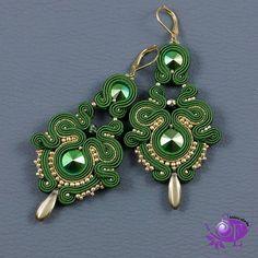 Więcej zdjęć na szkatulkaemi.pl #green #zielone #kolczyki #koloryjesieni #sutasz #soutachejewelry #fashionblogger #earrings #prezent #podchoinke #classy #handmade_ru_jewellery #handmadejewelry #amazingjewelry #customjewelry #moda #kobieta #christmasgift #rekodzielo #celebration #jewellry #prezenty #amazing #święta #lovely #szkatulkaemi