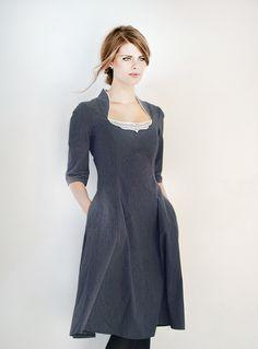 Figurnahes Kleid in schmeichelnder X-Linie. Highlight: Der tiefe Ausschnitt mit Stehkragen und Spitze verleiht ein zauberhaftes Dekolletè.  *DETAILS*  • figurnahes Kleid in X-Form • tiefer...