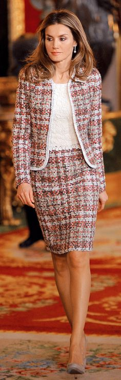 En 2012, Doña Letizia optó por un conjunto de falda y chaqueta en 'tweed' rosa y unos zapatos color 'nude', un estilo muy similar al del año anterior. Día de la Hispanidad.