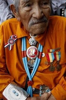 Navajo Code Talker (Reverend) Lemuel Yazzie - Let's give him the respect he deserves not the atrocious treatment given recently by ignorant racist Trump. Native American Wisdom, Native American Photos, Native American History, Native American Indians, Native Americans, American Symbols, American Code, American War, American Beuty
