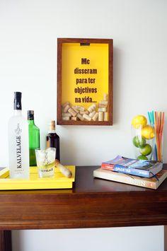 Tá aí um bom objetivo para se ter na vida. Quadro para colecionar suas rolhas de vinho ou champagne, tampinhas ou lacres de cerveja, um de cada, ou tudo junto, você escolhe.