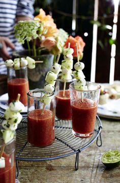 Unser beliebtes Rezept für Kalte Tomatensuppe mit Melonen-Mozzarella-Sticks und mehr als 55.000 weitere kostenlose Rezepte auf LECKER.de.