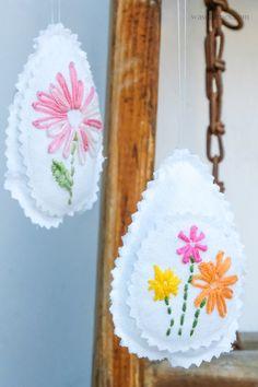 Nähen & Sticken: weißen Stoff mit Blumen besticken und daraus Ostereier nähen | Osterdeko | waseigenes.com Handarbeit, Florals