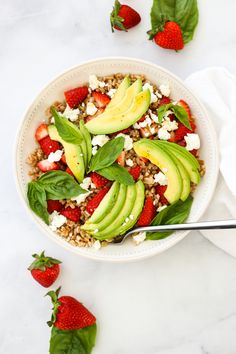 For a filling and flavorful meal, try this farro salad with strawberries, avocado, basil, and goat cheese! Healthy Prepared Meals, Healthy Cooking, Healthy Eating, Cooking Recipes, Salad Dressing Recipes, Salad Recipes, Farro Salad, Fresco, Vegetarian Recipes