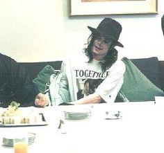 Michael sitting to eat - Michael Jackson Photo (14242579) - Fanpop