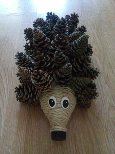 autumn hedgehog :-) klassz Crafts To Do, Fall Crafts, Wood Crafts, Crafts For Kids, Diy Crafts, Pine Cone Art, Pine Cone Crafts, Pine Cones, Garrafa Pet