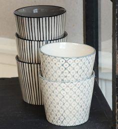 Tasse expresso sans anse vendue à l'unité présentat 2 motifs différents : sur un grès blanc 1 motif losange et points bleu glacier, et l'autre tasse avec des rayures noires.