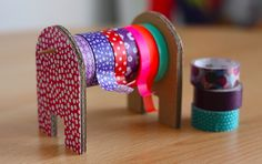 Un dérouleur pour masking tape vous sera utile si vous accumulez vos petits rouleaux colorés sans savoir comment les ranger ! Du carton tout simple, une pique en bois et le tour sera joué !