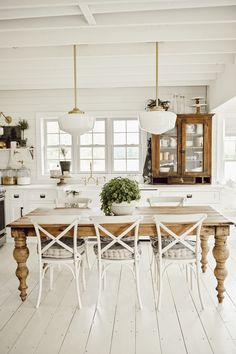 Although you may have a nice dining room, small kitchen tables can be a great addition into your home. It is definitely nice to have a dining room table, but also a nice kitchen table. Dining Table In Kitchen, Kitchen Decor, Kitchen Layout, Diy Kitchen, Farm Kitchen Ideas, French Dining Tables, Home Interior, Kitchen Interior, Interior Modern