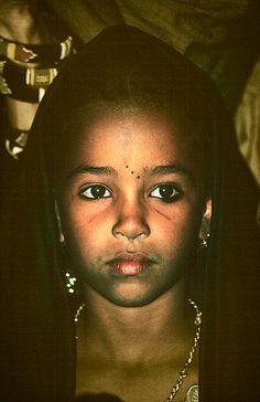 www.villsethnoatlas.wordpress.com (Tuaregowie, Tuaregs) Niña tuareg, Festival de Essouk  - Tuareg girl, Essouk Festival (January 2004)    www.vicentemendez.com