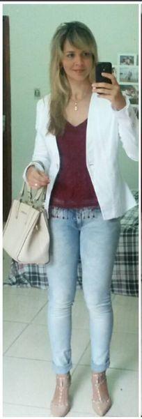 look de trabalho. calça jeans clara. blazer branco. marsala.