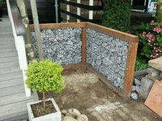 Steenschutting Stenen in een houten frame met staalmatten ertegen aan.