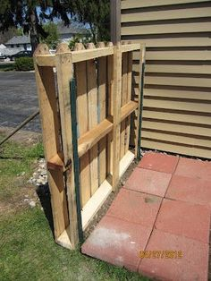 Serendipity and Sunshine: Trash To Treasure: Pallet Fence Project - Pallet Diy Wood Pallet Fence, Diy Fence, Backyard Fences, Wooden Fence, Garden Fencing, Wooden Pallets, Pallet Planters, Fence Landscaping, Pallet Privacy Fences
