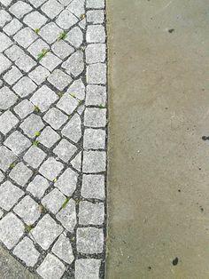 LIJN = Het einde van het beton en begin van de kasseien vormt een lijn. Een gebogen, onregelmatige, statische, dunne, lange, variabele lijn