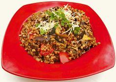 Pohankové rizoto z lesních hub Budeme potřebovat pohanku, lesní houby, česnek, tymián, cibulku, rajčata, parmezán a petržel. Pohanku 15 minut vaříme, poté odstavíme. Mezi tím si nasekáme česnek a cibulku a zpěníme je na másle. Nakrájíme houby, osvědčený je mix hříbků a masáků. Přidáme je na pánev a orestujeme s cibulkou a česnekem. Dále přidáme tymián a rajčata. Scedíme pohanku, osolíme a přimícháme ke směsi. Doplníme pepřem, petrželkou a parmezánem, promícháme a můžeme podávat.