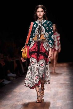 A model walks the runway during the Valentino show as part of the Paris Fashion Week Womenswear Spring/Summer 2015 on September 2014 in Paris, France. Ethnic Fashion, Boho Fashion, Fashion Show, Fashion Design, Paris Fashion, Model Magazine, 2015 Trends, Couture, Passion For Fashion