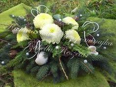 Znalezione obrazy dla zapytania stroiki na wszystkich świętych 2015 Christmas Wreaths, Christmas Decorations, Holiday Decor, Funeral Memorial, Funeral Arrangements, Ikebana, Cemetery, Diy And Crafts, Flower Designs
