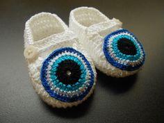 SAPATINHO OLHO GREGO: de crochê em linha 100% algodão.  Branco com aplicação de olho grego também em crochê (linha mais fina).  Para espantar o mau-olhado!  Acompanha embalagem em filó.  Tamanhos:  P - 8 cm - RN  M - 9 cm - 0 a 3 meses  G - 10 cm - 3 a 6 meses R$ 35,00
