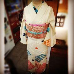 表参道沿いにある大江戸和子さんのディスプレイです。アンティーク着物の銘仙の附下風に、柄の半襟を合わせてとっても素敵です。