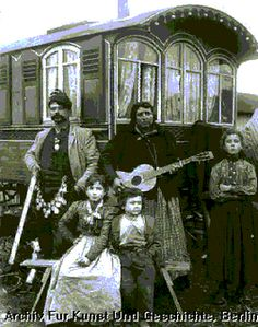 Caravan Gypsy Vardo Wagon: A wagon and inhabitants. Gypsy Life, Gypsy Soul, Boho Gypsy, Santa Sara, Gypsy People, Gypsy Culture, Gypsy Women, Gypsy Living, Gypsy Caravan