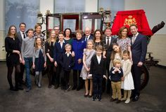There are new family photos released by Pieter and Margriet! 1 photo they stand with their four sons at the other photos with all their posterity! The company is in the picture for the glass State berlin, the coach where Peter and Margaret married in 1967!