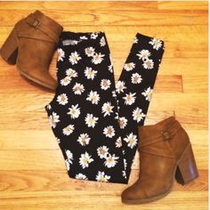 •Nollie• Daisy Print Leggings •Brand new without tags   •97% polyester, 3% spandex PacSun Pants Leggings