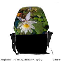 Une grenouille sous une fleur de nénuphar Backpacks, Bags, Animals, Fashion, Novelty Bags, Flower, Handbags, Animales, Moda