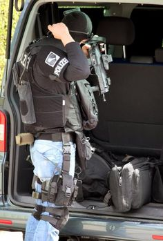 members of one of Germany's police special units SEK MEK ZUZ Military Suit, Military Armor, Military Police, Army Gears, German Police, Military Special Forces, Duty Gear, Tac Gear, Green Beret