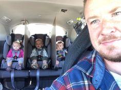 Ce père génial qui a trouvé une solution hilarante pour empêcher ses triplés de se battre à l'arrière: