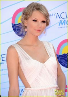 Taylor Swift - Teen Choice Awards 2012 Red Carpet