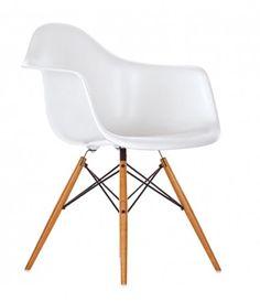 """Charles & Ray Eames, 1950.   Las Plastic Armchairs se presentaron por primera vez en el marco del concurso """"Low Cost Furniture Design"""" del Museo de Arte Moderno de Nueva York. La forma orgánica de la carcasa de plástico del asiento se combinó más tarde con diferentes bases, fabricándose millones de copias. En su versión actual de polipropileno, las Armchairs ofrecen una comodidad todavía mayor."""