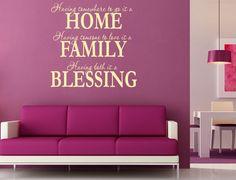 Vi riveliamo come decorare le pareti di casa con le scritte, utilizzando gli stickers e non solo e quali stanze ornare con parole o versi che piacciono ai proprietari e gli ospiti.