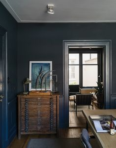 Farrow & Ball book, How to Decorate: Dark gray walls with white ceiling Farrow Ball, Farrow And Ball Living Room, Dark Living Rooms, Living Spaces, Purbeck Stone, Free Wallpaper Samples, Painted Floorboards, Dark Grey Walls, Modern Country Style