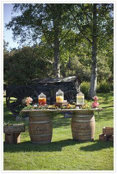 idea-para-decorar-boda-aire-libre-mesa-flores-barriles.jpg 587×872 pixels