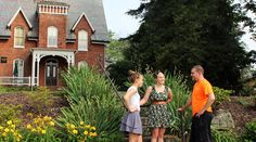 McDaniel College students in front of Carroll Hall, location of Undergraduate Admissions.