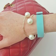 Classy Pearl Ended Bracelet Complete your look with this gorgeous classy pearl ended bracelet! Perfect for any outfit and look!   ***PRICE FOR ONE BRACELET ONLY, images shows 2 bracelets*** bundles available! :)  Material : Metal alloy, imitation pearl Adia Kibur Jewelry Bracelets