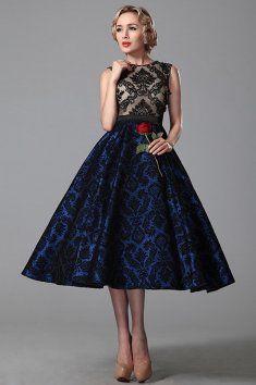 Společenské retro šaty bez rukávů Romanticky laděné večerní šaty v midi délce po lýtka Živůtek šatů je v tělové barvě zdobený krajkovou aplikací Širokou sukni se spodničkou lze zvolit pro prestižní společenské události, užší variantu sukně bez spodničky pro rodinné slavnosti nebo maturitní plesy Šaty mají všitou podprsenku a zip na zádech