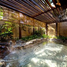 肌に対する効能がいいと選ばれた温泉で、「炭酸水素塩泉」「硫酸塩泉」「硫黄泉」「pH7.5以上の(弱)アルカリ泉」などの「美人の湯」と呼ばれる特徴的な泉質を持ち、その効果がもっとも期待できる3つの温泉を「日本三大美肌の湯」といいます。