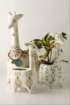 Giraffe pots, i would love to have these if only i didn't kill all house plants. Deco Pastel, Deco Floral, Ceramic Pottery, Ceramic Art, Slab Pottery, Stacked Pots, Diy Girlande, Paperclay, Flower Pots
