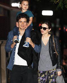 Es una de nuestras familias favoritas y no nos cansamos de verles una y otra vez. Orlando Bloom, con su hijo Flynn a caballito y su mujer Miranda Kerr dando un paseo nocturno por Nueva York.