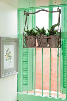 Se você mora em apartamento pequeno, é improvável que tenha um jardim. Uma solução para ter plantas dentro de casa, sem ocupar espaço, é um suporte suspenso. Lembre de escolher uma espécie de sombra, como as minissamambaias