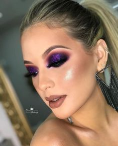 Frame and highlight your brown eyes with a purple glitter smokey eye. Makeup by Danny Makeup. Wedding Nails Purple Glitter Smokey Eye Ideas For 2019 Aquele Smokey Glam que amamos ! Com um toque de cor Arm yourself with the best (and trendiest) makeup tips Purple Smokey Eye, Smoky Eyes, Purple Eye Makeup, Glitter Eye Makeup, Smokey Eye Makeup, Eyeshadow Makeup, Makeup Cosmetics, Purple Makeup Looks, Makeup Brushes