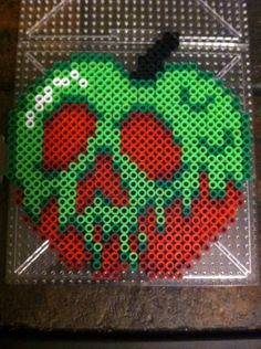Halloween Disney Poison apple - Snow White perler beads, hama beads, bead sprites, nabbi fuse melty beads by Khoriana on deviantART Perler Bead Designs, Perler Bead Templates, Hama Beads Design, Diy Perler Beads, Perler Bead Art, Pearler Beads, Fuse Beads, Melty Bead Designs, Melty Bead Patterns