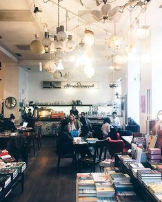 In Wien gibt es mittlerweile eine große Auswahl an Hipster-Cafés. Lies hier, was ein Hipster-Café ausmacht und welche in Wien am typischsten sind! Hipster Cafe, Corner Cafe, Vienna Austria, Berlin, Restaurants, Campaign, Commercial, Coffee, Medium