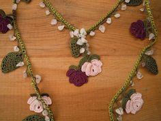 ganchillo lariat collar de Borgoña rosa rosa verdes hojas