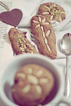 Biscotti con farina di castagne, limone, rosmarino e frutta secca