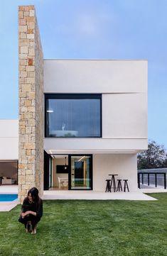 Vivienda de lujo con piedra natural. Piscina desbordante   Chiralt Arquitectos   Valencia